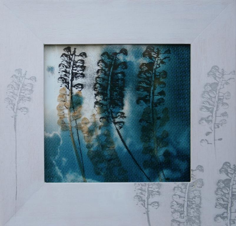 Blauw druifje  zeefdruk op glas-papier-lijst gedroogde plant 26 x 26 cm